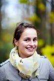 Nette moderne junge Frau, die an Ihnen lächelt lizenzfreies stockfoto