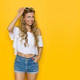 Nette moderne Sommer-Frau, die weg schaut Lizenzfreies Stockfoto