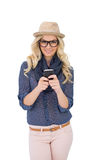 Nette modische blonde Versenden von SMS-Nachrichten Lizenzfreie Stockfotos