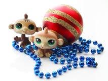 Nette monkeyes mit einem Weihnachtsball Lizenzfreie Stockfotos