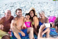 Nette multi Generationsfamilie, die ein Foto macht Stockfoto