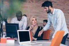 Nette multikulturelle Teilhaberteamwork lizenzfreies stockfoto