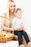 Nette Mutter mit süßer Tochter Lizenzfreie Stockfotografie