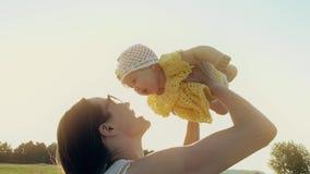 Nette Mutter und ihr Baby auf Sommerfeld am Abend stock video footage