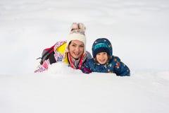 Nette Mutter und Sohn im Schnee Lizenzfreie Stockfotos