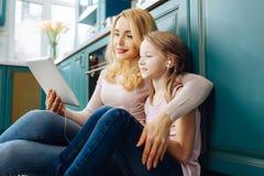 Nette Mutter und Tochter, die Musik hört Lizenzfreies Stockfoto
