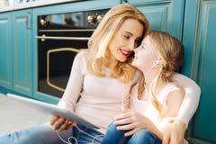 Nette Mutter und Tochter, die Musik hört Lizenzfreie Stockfotos