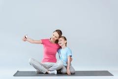 Nette Mutter und Tochter, die selfie auf Smartphone nimmt Stockfoto