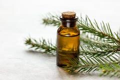 Nette naald aromatherapy etherische oliën in flessen op witte lijstachtergrond royalty-vrije stock fotografie