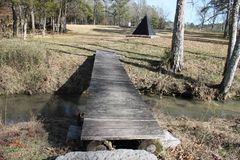 Nette Nebenflussflussbrücke ein sonnigen Tag stockfoto