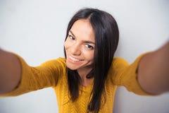 Nette nette Frau, die selfie Foto macht Lizenzfreies Stockbild