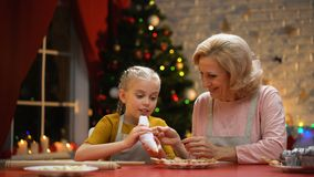 Nette Oma und Mädchen, die Plätzchen für Weihnachtsfest, frohe Feiertage verziert stock footage
