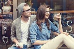 Nette Paare außerhalb des Cafés lizenzfreies stockfoto