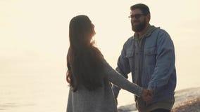 Nette Paare auf dem Ufer stock video footage