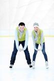 Nette Paare auf der Eisbahn stockfotografie