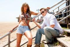 Nette Paare auf Strand Stockfotografie