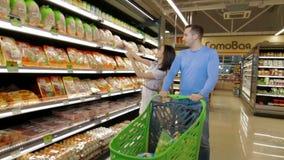Nette Paare, die durch Mall gehen stock video footage