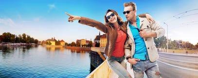 Nette Paare, die eine schöne Ansicht genießen stockfoto