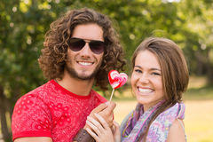 Nette Paare, die einen Lutscher teilen Stockfotografie