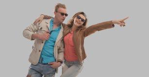 Nette Paare, die einen warmen Tag genießen lizenzfreie stockfotos