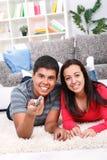 Nette Paare, die Fernsehen Lizenzfreie Stockfotos
