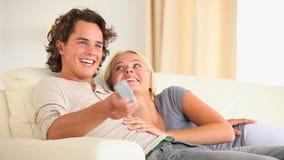 Nette Paare, die Fernsehen stock video footage