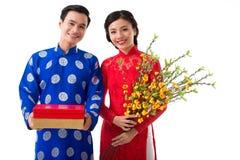 Nette Paare, die Frühlingsfest feiern stockfoto
