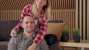 Nette Paare, die im Wohnzimmer fernsehen stock video