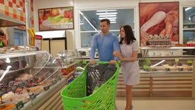 Nette Paare, die mit Marktlaufkatze gehen stock video