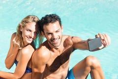 Nette Paare, die selfie nehmen lizenzfreie stockfotografie