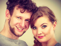 Nette Paare, die zusammen umarmen Lizenzfreies Stockfoto