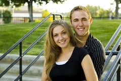 Nette Paare in einer städtischen Einstellung Stockfotos