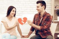 Nette Paare halten ein defektes rotes Herz stockfotografie