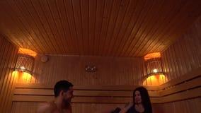 Nette Paare im Bad sind hochfliegend und entspannend stock footage