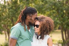 Nette Paare im Park Stockbild