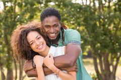Nette Paare im Park Stockfotos