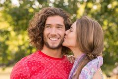 Nette Paare im Park Lizenzfreie Stockfotos