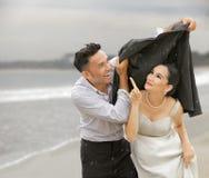 Nette Paare im Regen Stockfotos