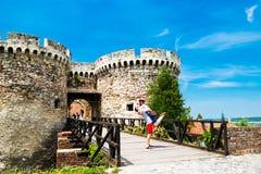 Nette Paare nahe altem Schloss Belgrads Serbien Stockbilder