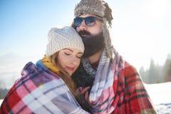 Nette Paare während des Winters Stockfotos