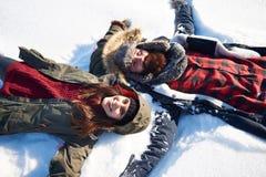 Nette Paare während des Winters lizenzfreie stockfotografie