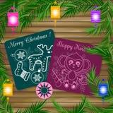 Nette Postkartengekritzel-Artlüge in der Beschaffenheit der Bretter verzierte Niederlassungen von Weihnachtsbäumen und Laternen Lizenzfreie Stockfotografie