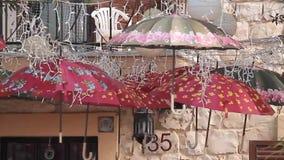 Nette Regenschirme, die gehangenes im Freien sind stock video