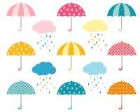 Nette Regenschirmsammlung und -wolken mit Regentropfen lizenzfreie abbildung