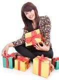 Nette reife Frau mit vielen Geschenken Lizenzfreie Stockbilder