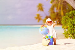Nette Reise des kleinen Mädchens auf Sommerstrand stockbild