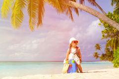 Nette Reise des kleinen Mädchens auf Sommerstrand Stockfoto