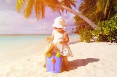 Nette Reise des kleinen Mädchens auf Sommerstrand Lizenzfreie Stockfotos