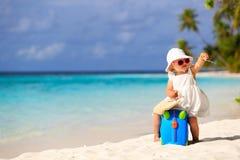 Nette Reise des kleinen Mädchens auf Sommerstrand Stockfotografie