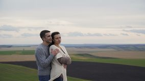 Nette reizende Paare stehen in den Umarmungen auf dem Abgrund eines Felsens 4K stock video footage
